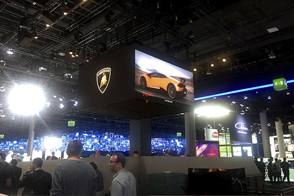Bei Lamborghini wurde ein Quadrat aus LED Screens über dem Stand genutzt (Foto: AOTO)