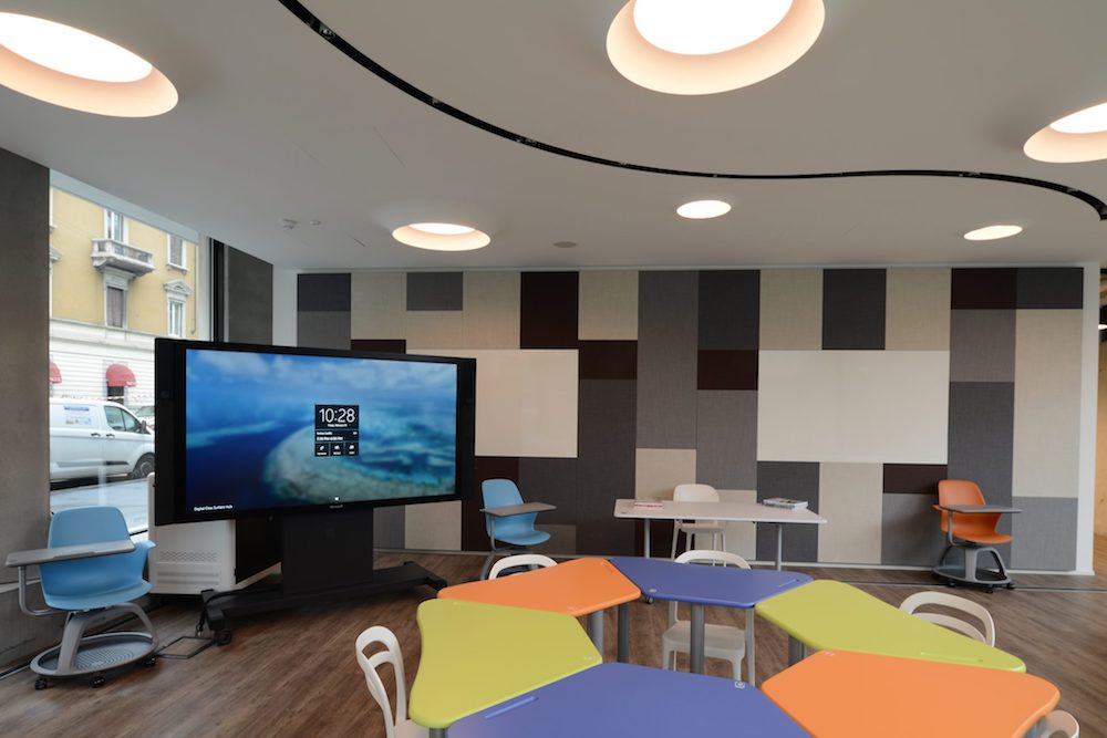 Besprechungsraum mit Collaboration Screen von Microsoft (Foto: Ayno)