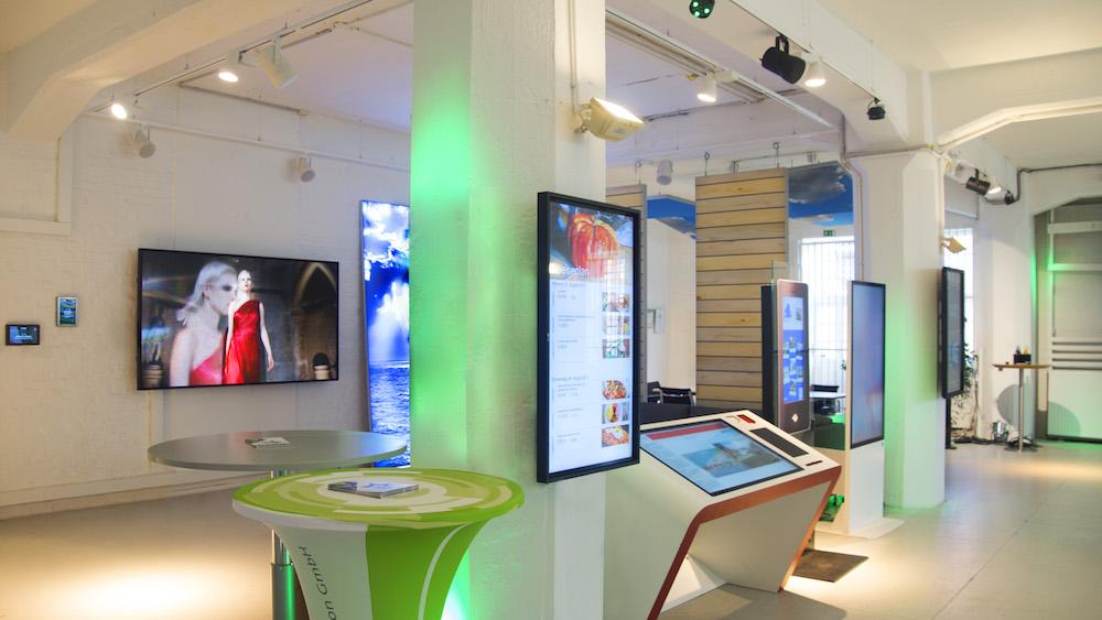 Blick zur Lounge mit Interactive Screens und Stelen (Foto: komma,tec redaction)