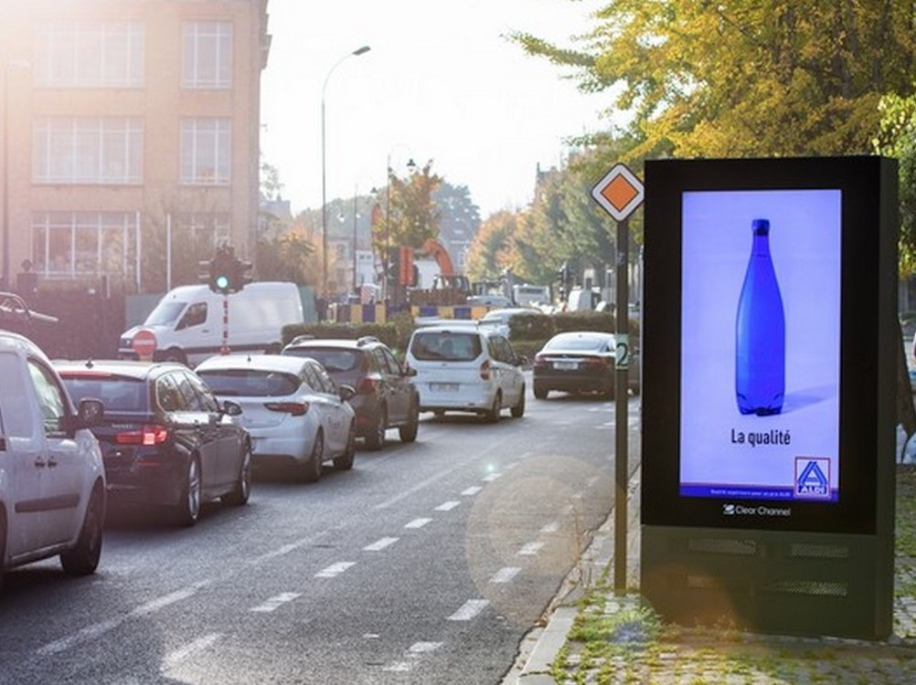 DooH Screen mit einem Motiv der Aldi-Kampagne (Foto: Clear Channel)