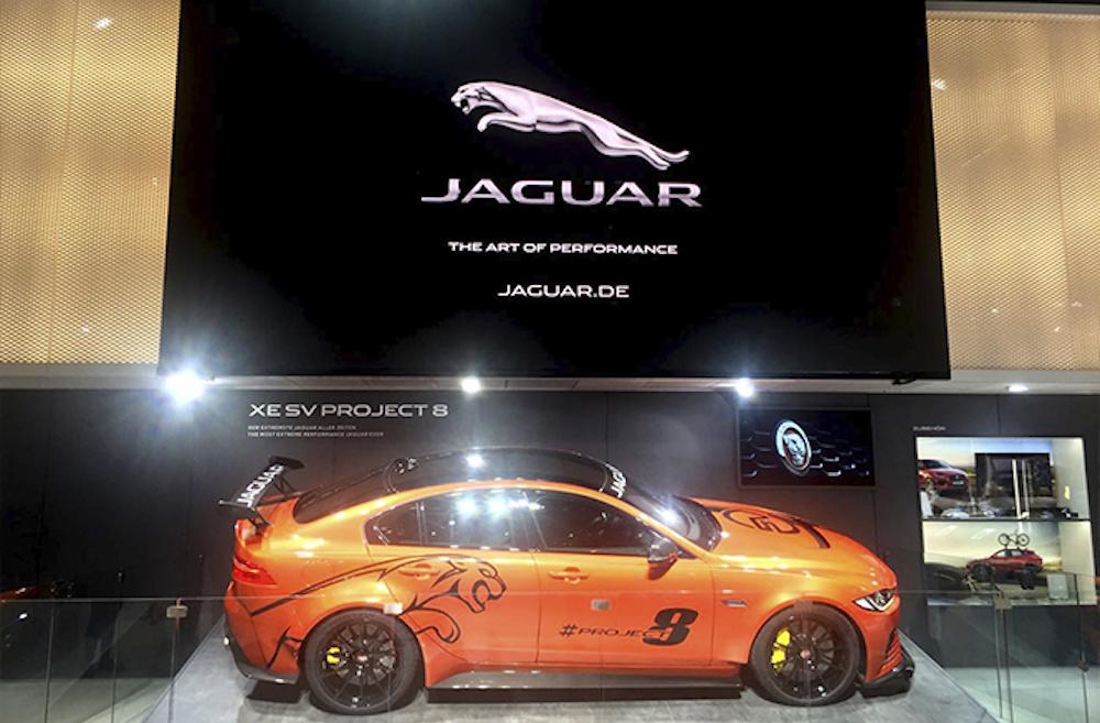 Jaguar setzte wie Land Rover auf einen hoch gehängten LED Screen (Foto: AOTO)