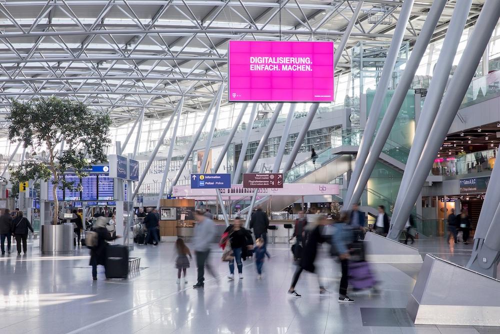 Kampagne der Telekom auf dem DUS AD BOARD Terminal (Foto: Flughafen Düsseldorf)