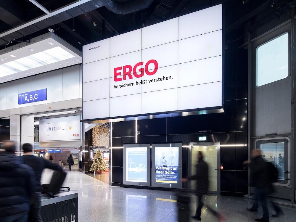 Kampagne von Ergo auf eine 4x4 Video Wall am Airport DUS (Foto: Flughafen Düsseldorf)