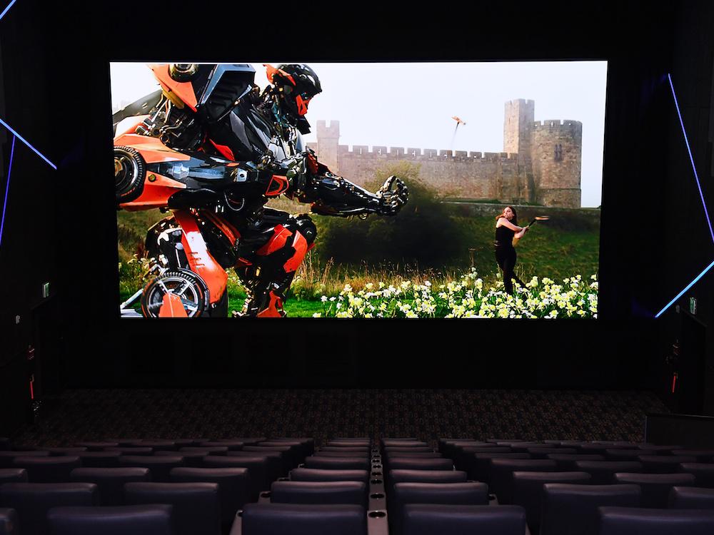 Keine Reflektionen und hohe Leuchtkraft – Cinema LED Screen bei einer Vorführung (Foto: Samsung)