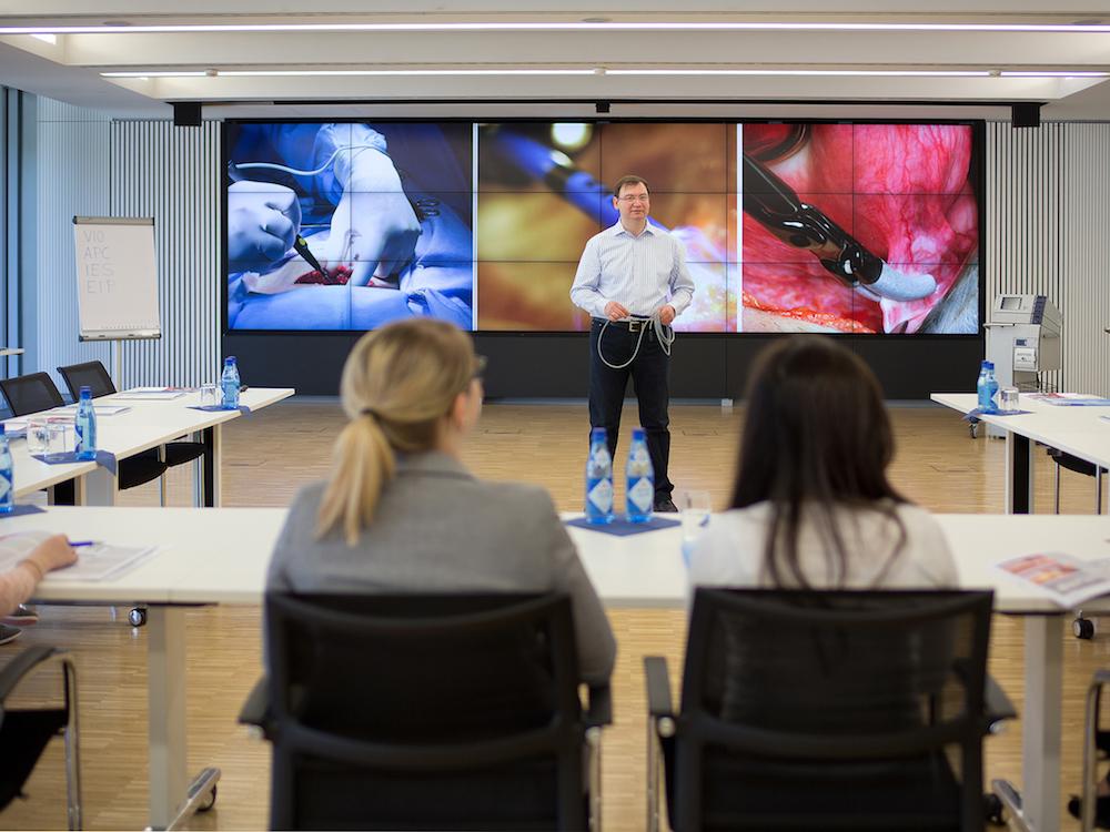 Mit eyevis-Videowalls ausgestatteter Schulungsraum bei der Erbe Elektromedizin GmbH (Foto: eyevis)