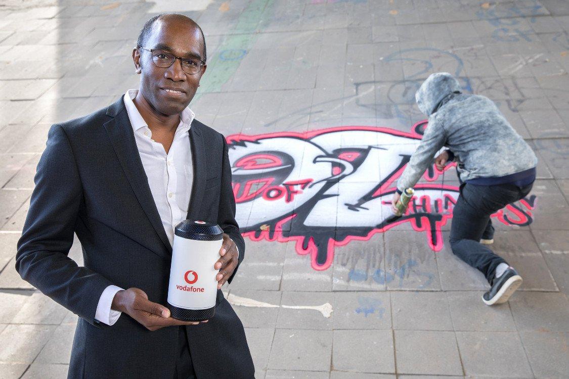 Dr. Eric Kuisch, Geschäftsführer Technik der Vodafone GmbH, mit der Graffiti-Alarmanlage (Foto: Vodafone)