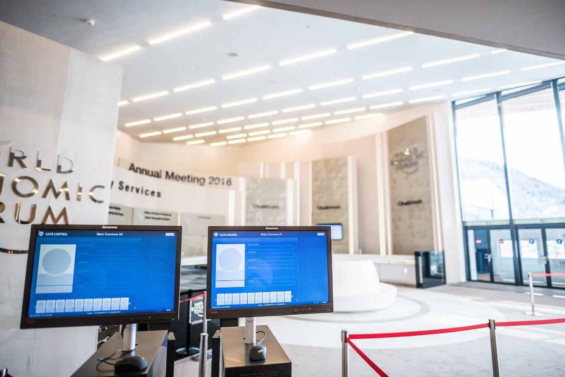 Teilnehmer-Zugangssystem nutzt Office Displays (Foto: WEF)