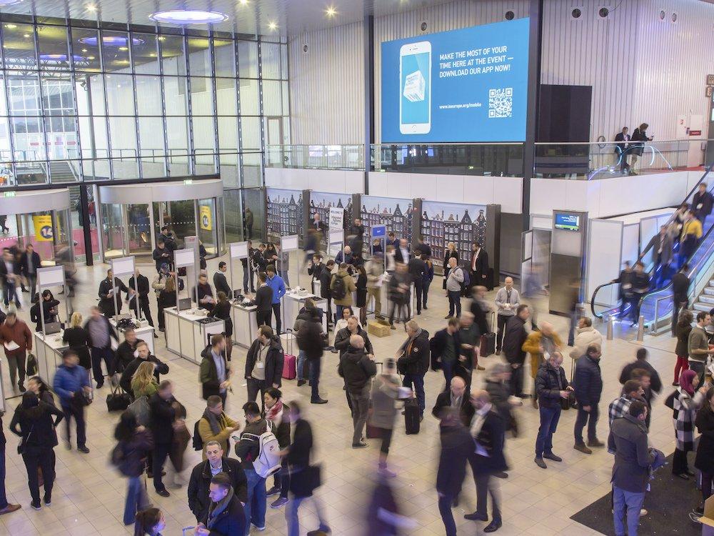 Nicht nur die Eingangsbereiche werden 2018 voll sein – Besucher auf der ISE (Foto: ISE)