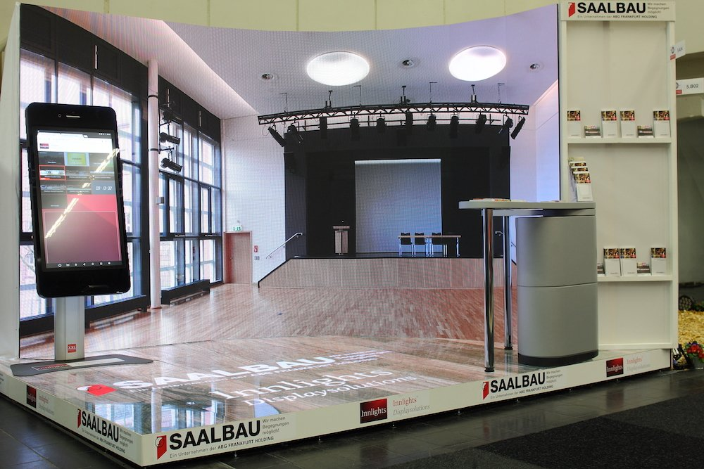 Curved Screen und LED-Bodenmodule am Stand auf der BOA (Foto: Innlights Displaysoutions)