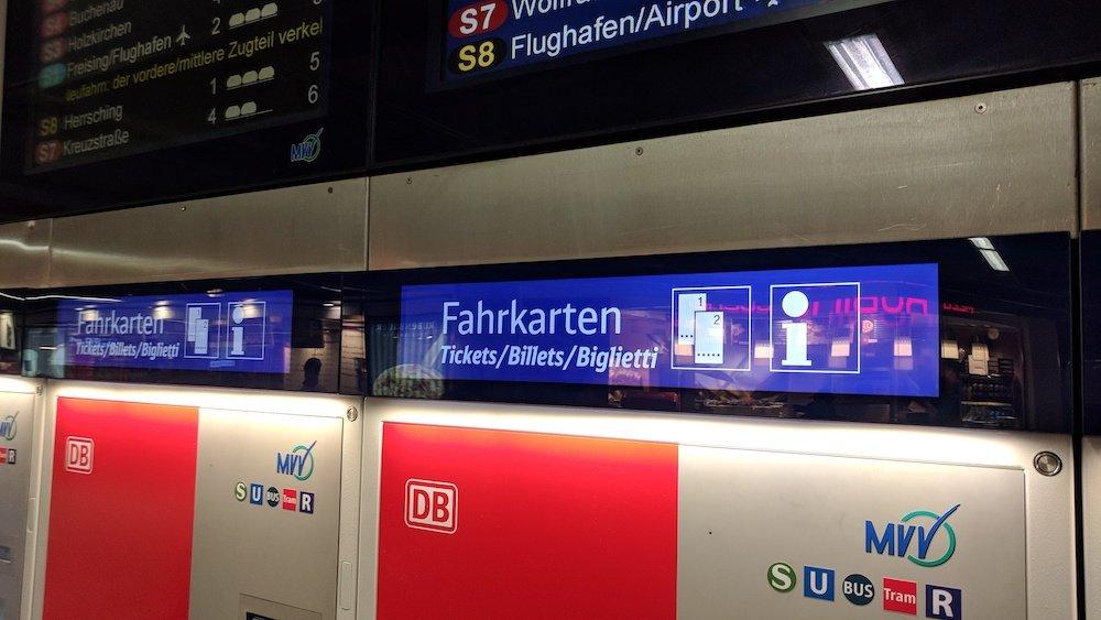 Deutlich zu sehen: Die oberhalb der FaKa-Automaten angebrachten Stretched Screens (Foto: invidis)