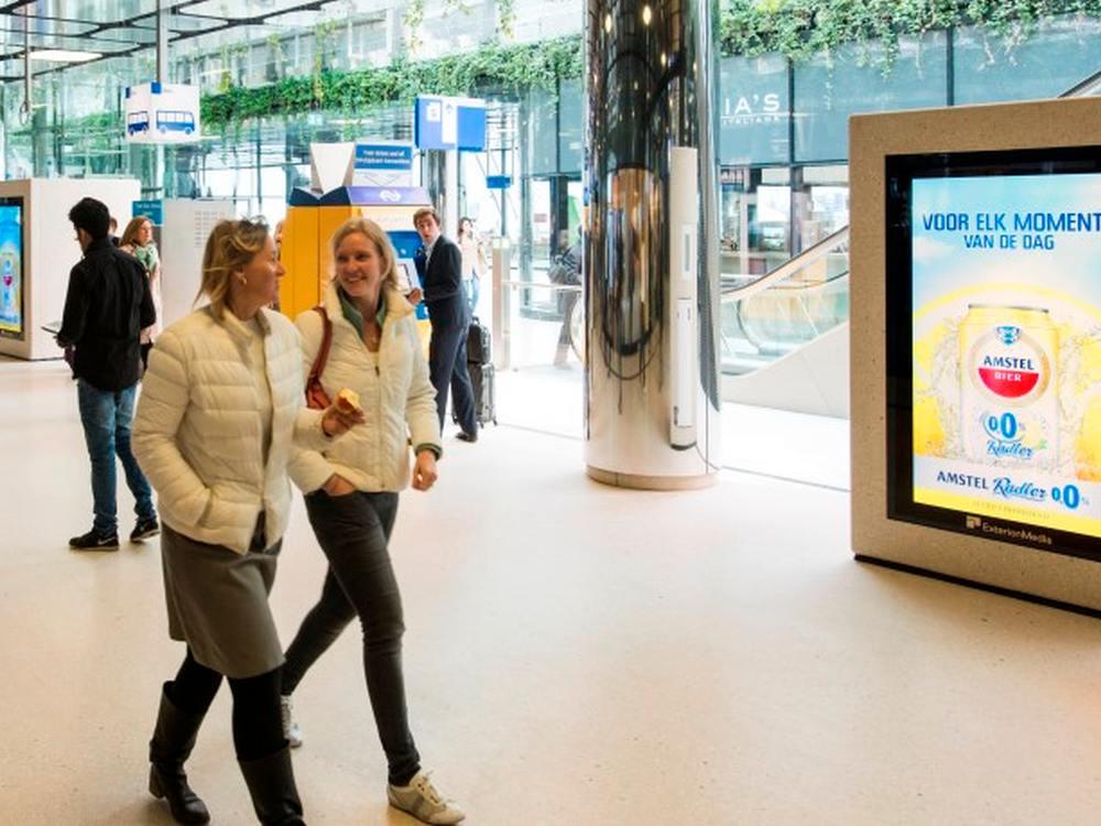 DooH Screen von Exterion an einem Bahnhof in den Niederlanden (Foto: Exterion Media)