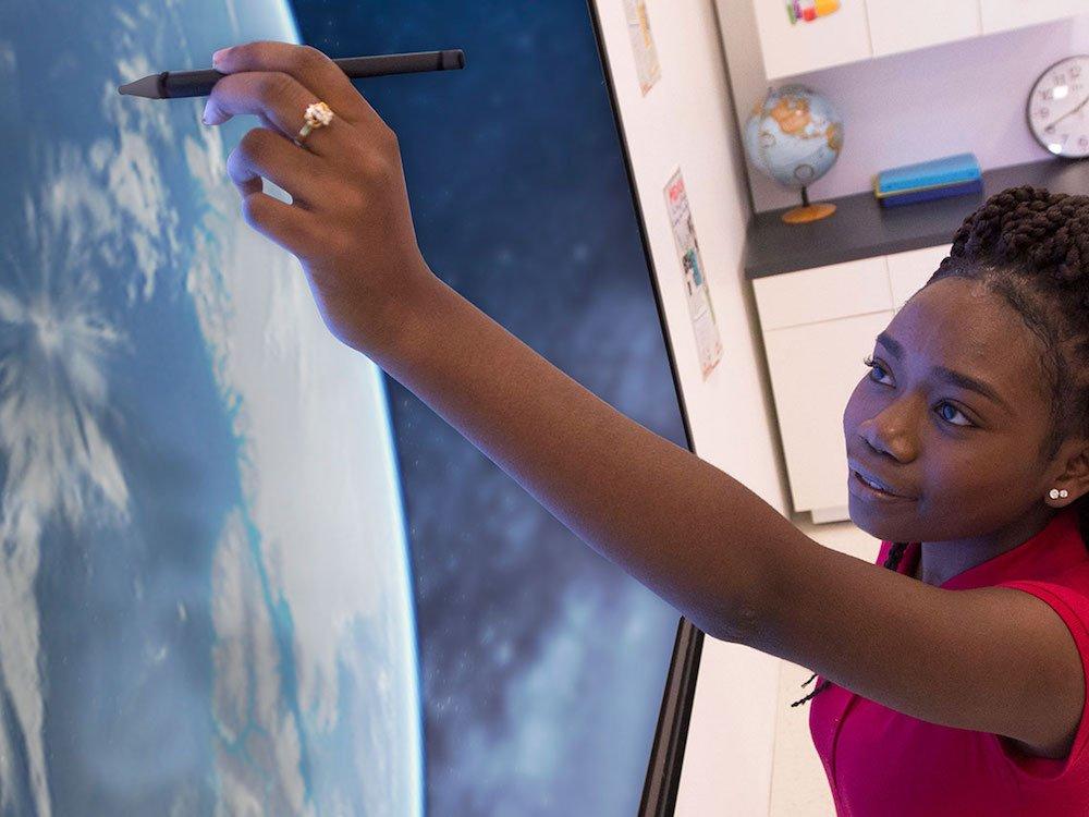 InGlass-Technologie erleichtert das Schreiben auf einem ActivPanel (Foto: Promethean)