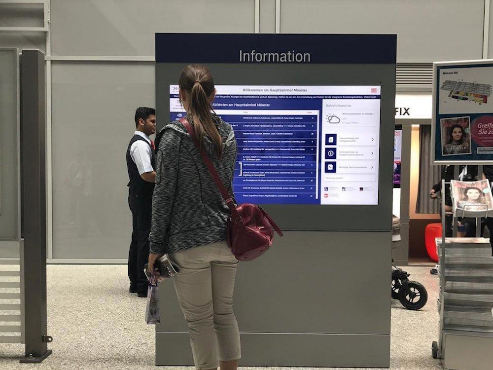 Interactive Screen an einem deutschen Bahnhof (Foto: ST-Vitrinen)