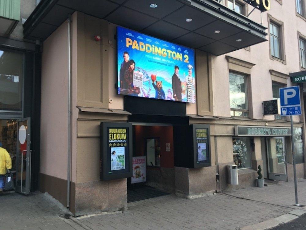 LED Screen sowie zwei Outdoor Displays werben für das Programm des Kinos (Foto: Infinitus)