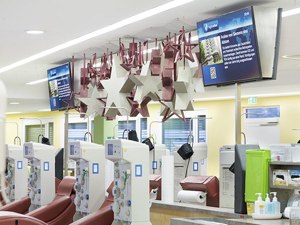 Nicht nur im Wartebereich setzt das Plasmazentrum auf Screens (Foto: Peakmedia)