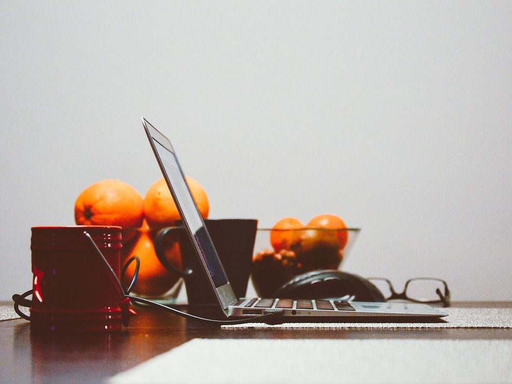 Produktivität in Unternehmen – auch Essen spielt in Meetings eine Rolle (Foto: Pixabay / StockSnap)