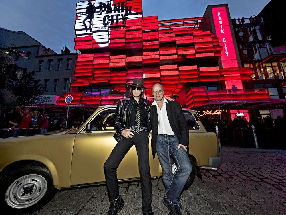 V.l.: Udo Lindenberg und Corny Littmann vor Panik City und goldenem Trabi (Foto: Tine Acke/ Panik City)