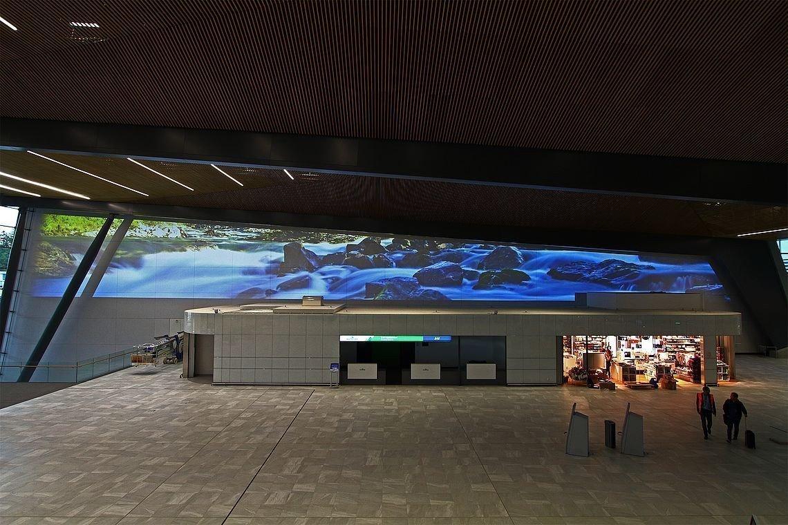 Projektion am Flughafen Bergen (Foto: invidis)