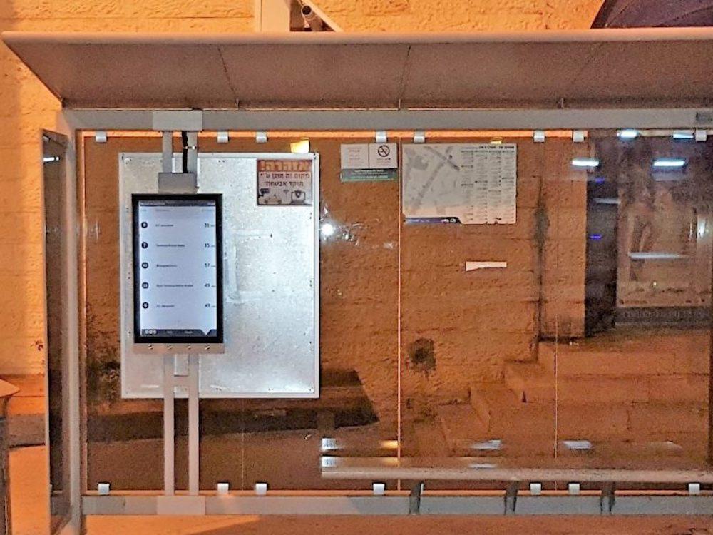 """Aktuelle Test-Installation – 32"""" E Paper Screen an einer Bushaltestelle in Jerusalem (Foto: Procjective)"""