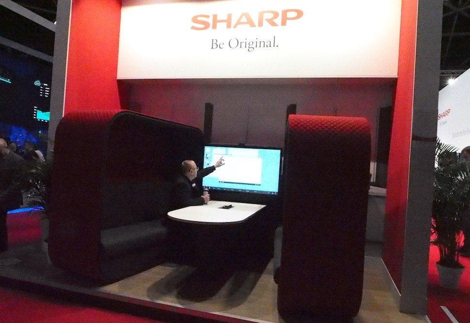 Das rote Sofa – Sharp kann auch Medien und Möbel kombiniert anbieten (Foto: invidis)