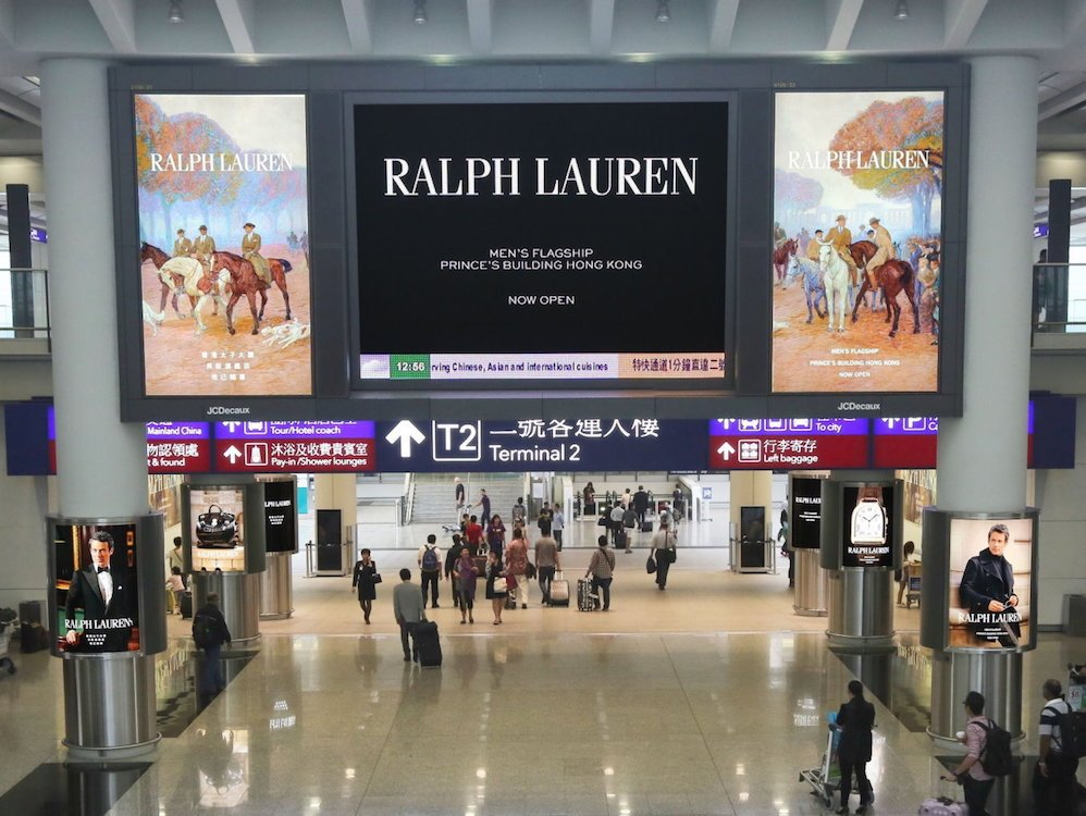 Digitales Display am Airport Hong Kong (Foto: JCDecaux)