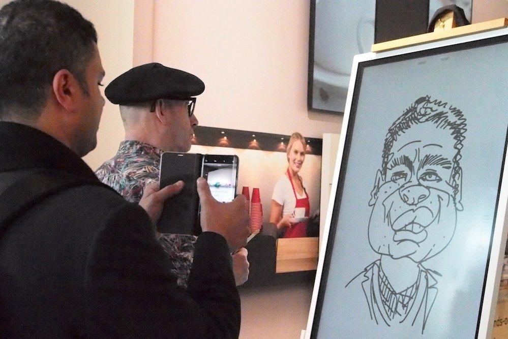 Eine Karikatur entsteht mit dem neuen FLiP am Stand von Samsung (Foto: invidis)
