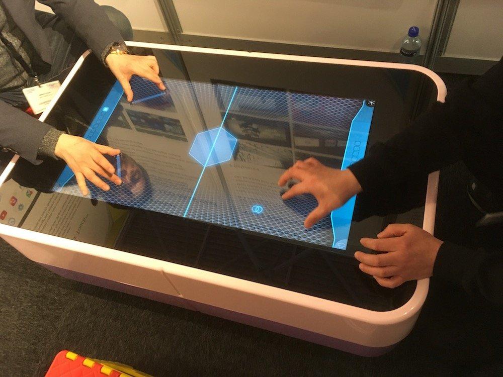 Gaming an einem Stand (Foto: invidis)