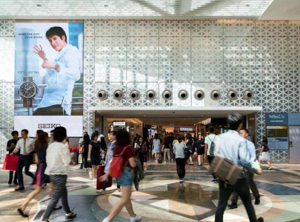 Im Raffles City Centre warb Seiko als erster Werbungtreibender auf dem neuen LED Screen (Foto: JCDecaux)