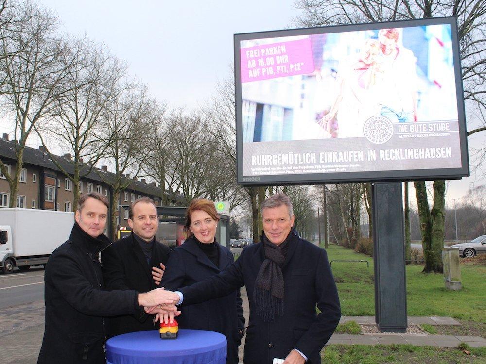 Inbetriebnahme eines LED Boards in Recklinghausen (Foto: Ströer)