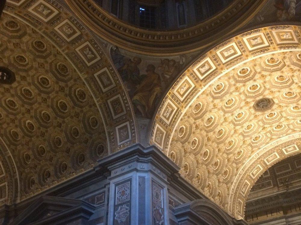 Lichtvergleich im Petersdom (von links) – Kuppel vorher und nachher (Foto: Osram)