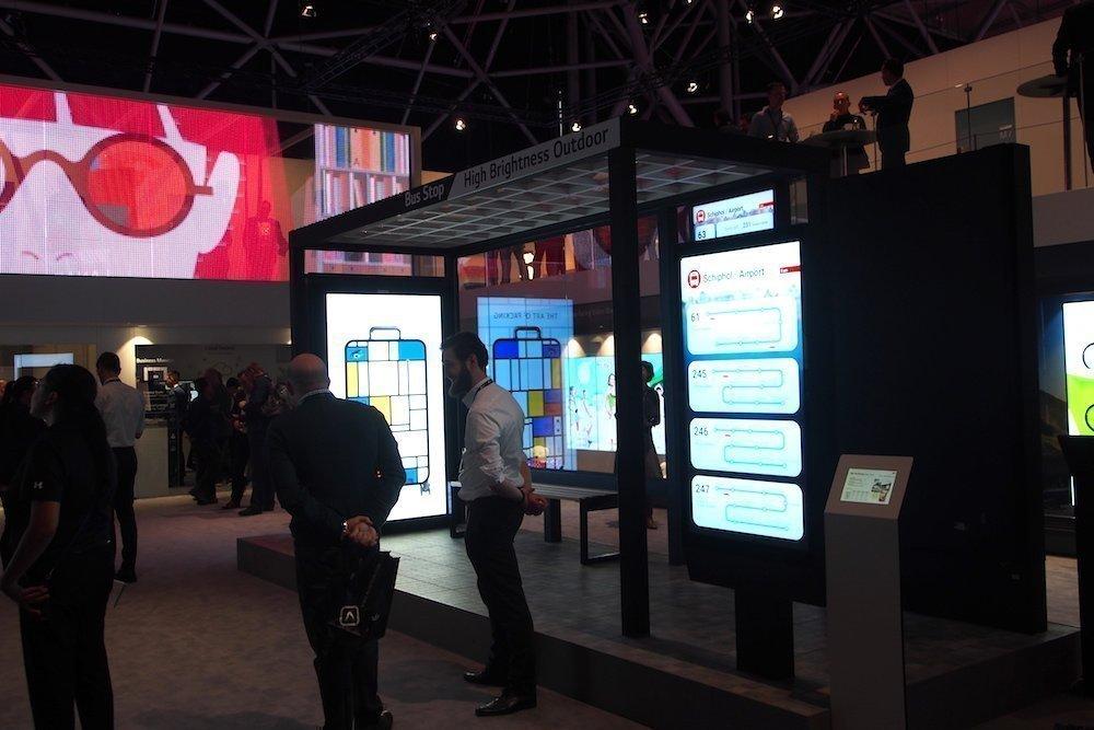 Links zu sehen farbige LEDs in Glas unten rechts eine Bushaltestelle mit Outdoor Screen von LG-MRI sowie weiteren Screens von LG (Foto: invidis)