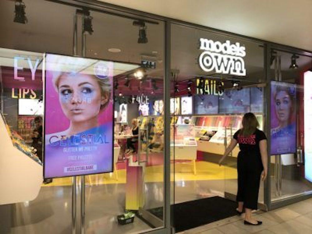 Models Own nutzt Large Format Displays im Schaufenster und Video Walls im Store (Foto: IAdea)