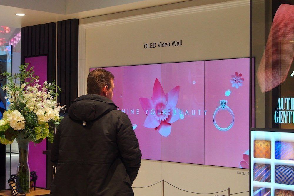 OLED Wall in einem Retail-Szenario (Foto: invidis)