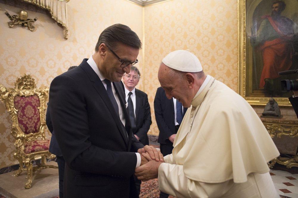 Treffen mit prominentem Auftraggeber – Osram-CEO Olaf Berlien mit Papst Franziskus (Foto: Osram)