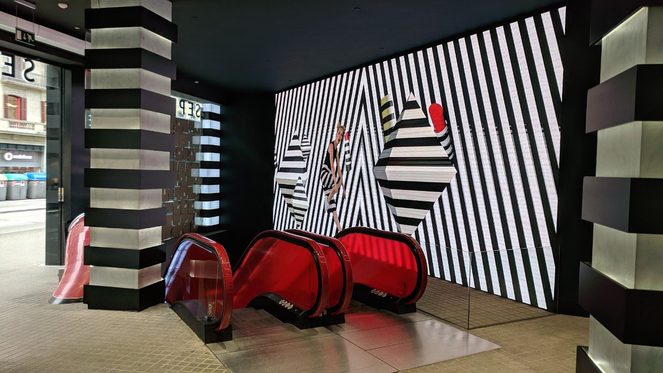 Sephora Barcelona Videowall und Rutsche (Foto: invidis)