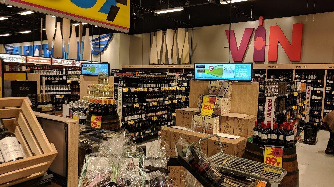 Bilka Supermarkt (DK) - Stretched Displays auf der Gondel - ideal für Wein-Content (Foto: invidis)