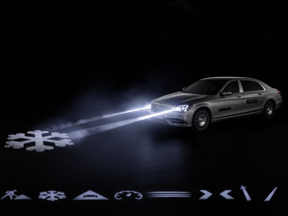 Der Maybach kommuniziert über die Projektion nach aussen (Foto: Daimler AG)