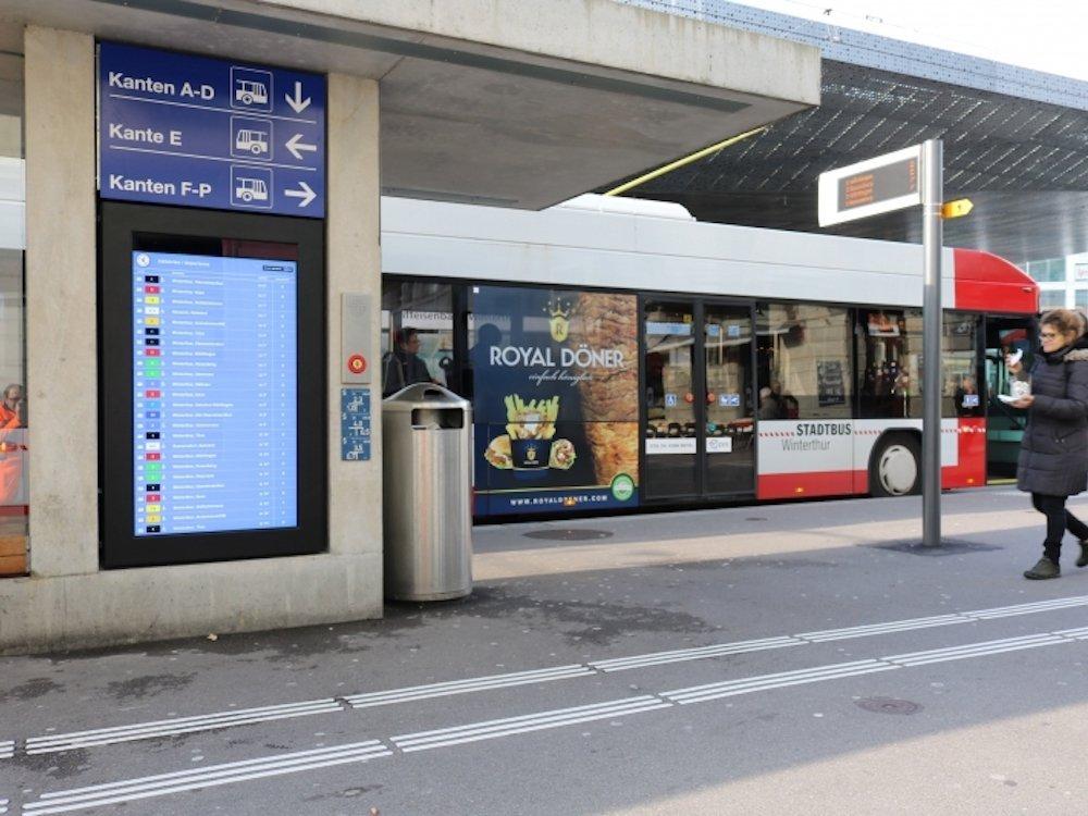 """Einer der beiden neuen Outdoor Screens mit TTS – hier der 75"""" Screen (Foto: Infinitus)"""