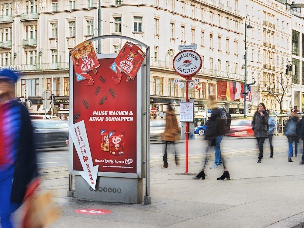 Formatsprengend und interaktiv – aktuelle Kampagne für Kitkat in Österreich (Foto: Gewista)