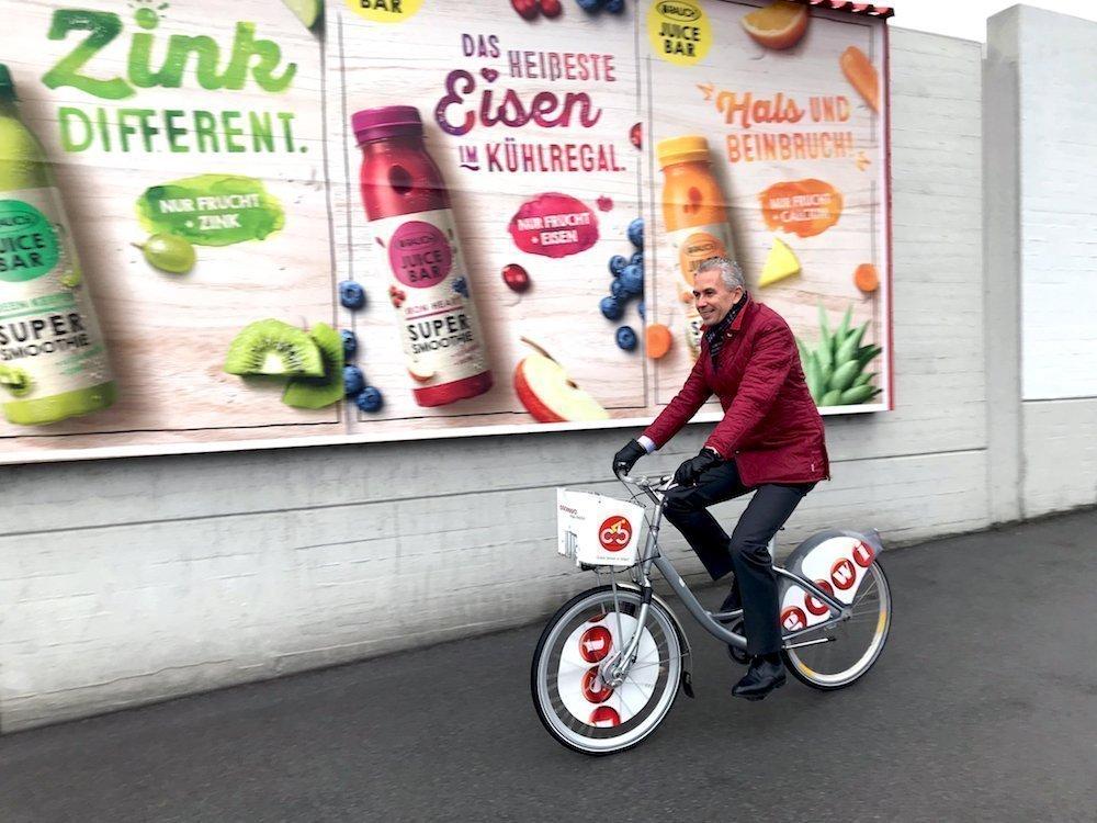 Gewista CEO Franz Solta auf einem Citybike (Foto: Gewista)