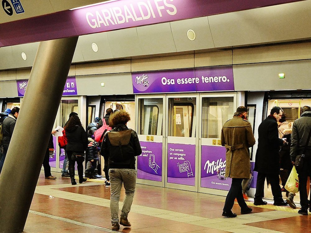 Station Domination für Milka an der U-Bahnhaltestelle Garibaldi in Mailand (Foto: IGPDecaux)