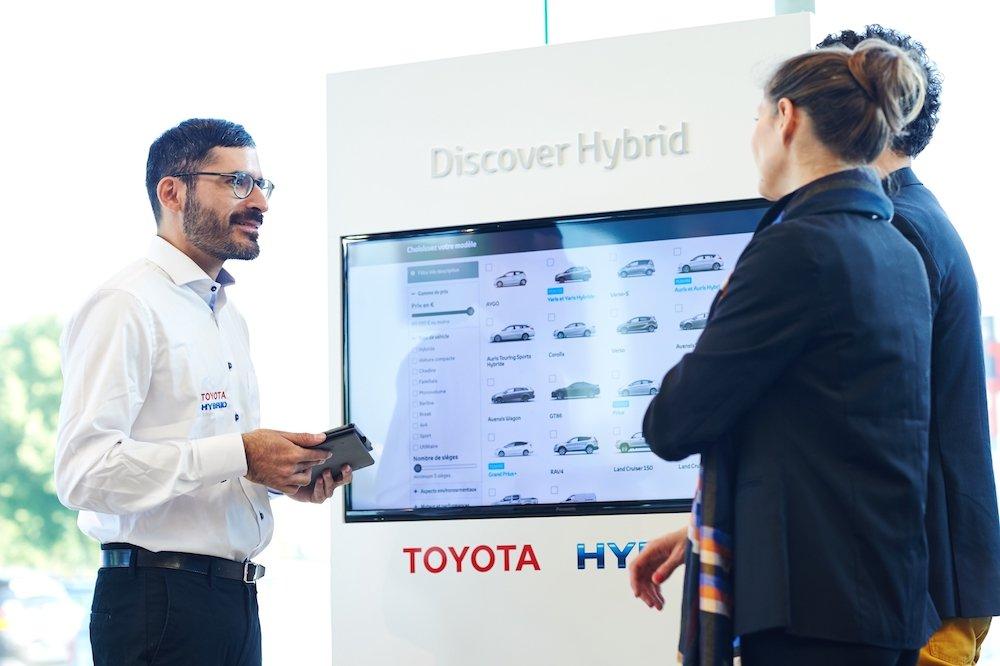 Totem TV von Toyota am PoS (Foto: Panasonic)
