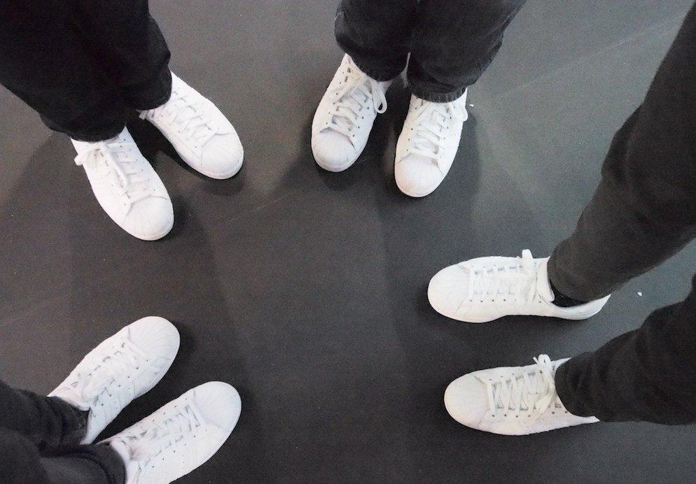 Erkennungszeichen auf der EuroCIS – weiße Sneakers (Foto: invidis)