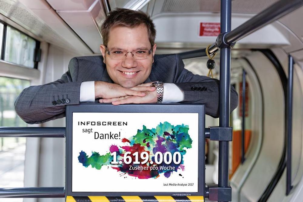 20 Jahre später – Sascha Berndl mit Infoscreen Fahrgast-TV-Display (Foto: Infoscreen)