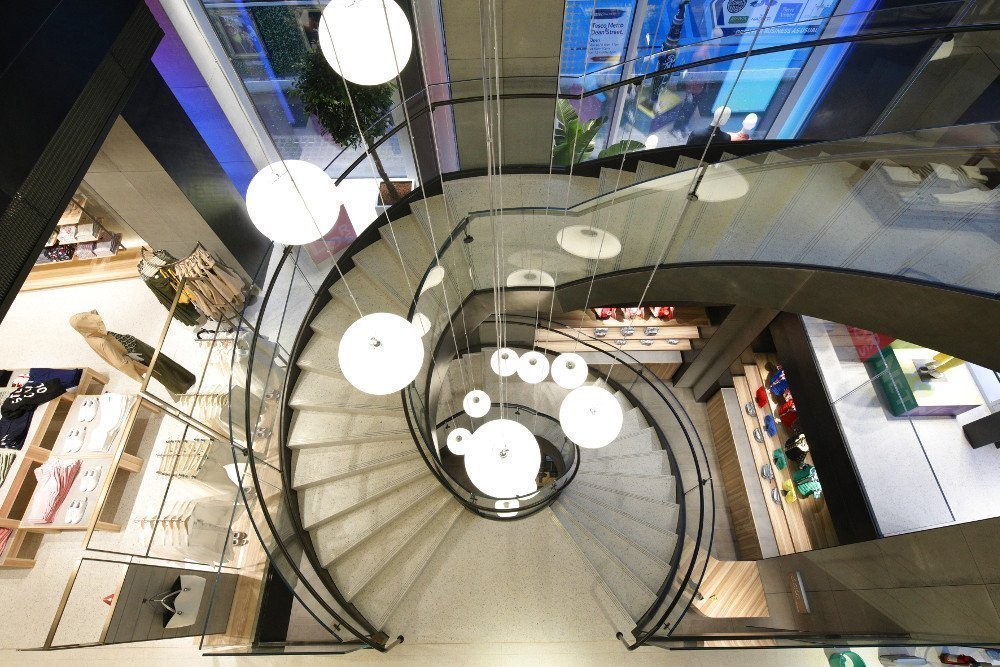 Loop-Treppe verbindet drei Etagen (Foto: Benetton)