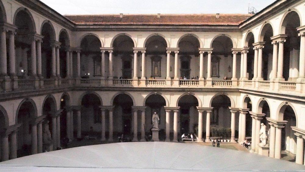 Aus der Perspektive der Installation – Blick auf die Säulengänge des Palazzo (Foto: invidis)
