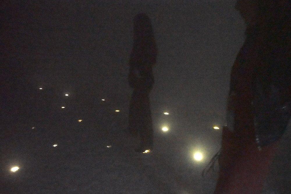 Das Lighting kam von unten, die weissen Steine am Boden waren nach der Show mit feinem Tau überzogen (Foto: invidis)