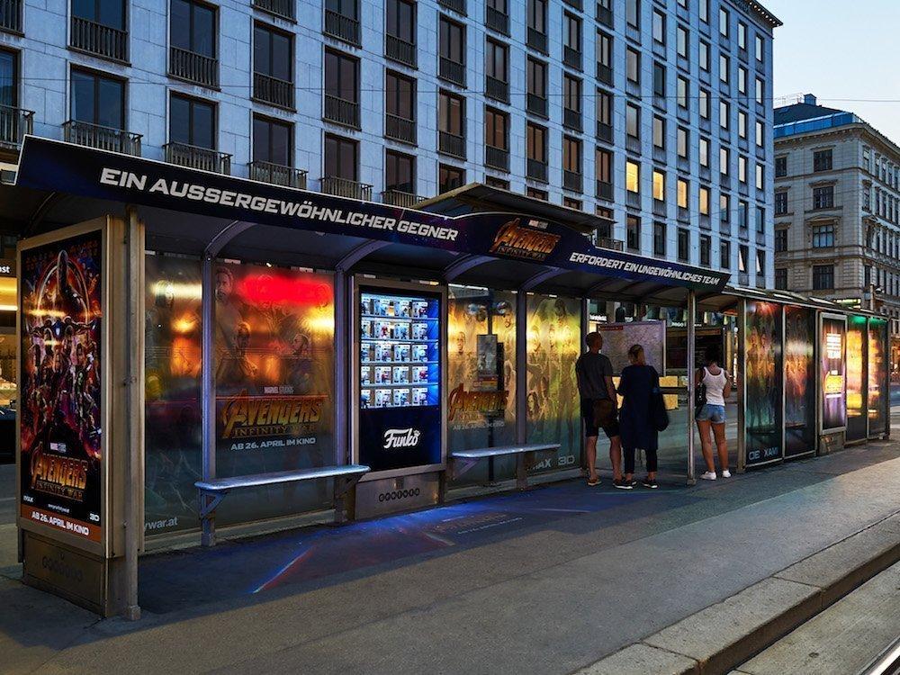 Die Avengers als digital-analoge Werbe-Helden in Wien (Foto: Gewista)