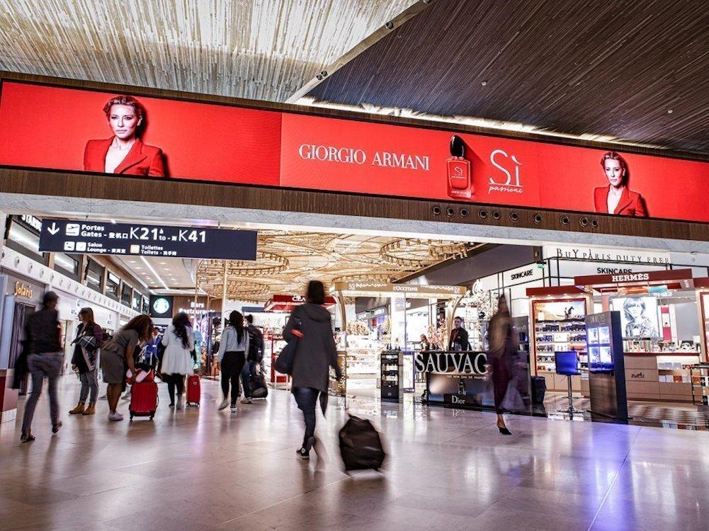 Die Flughäfen von Paris modernisieren Retail DooH (Foto: JCDecaux)