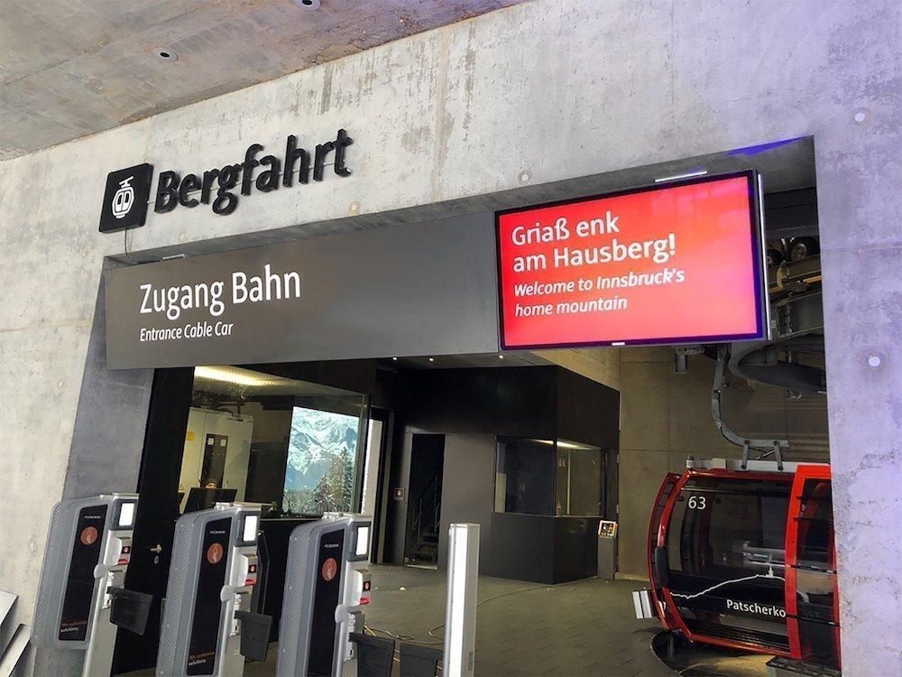 Die Patscherkofelbahn nutzt Outdoor Screens zur Information ihrer Fahrgäste (Foto: Peerless-AV)
